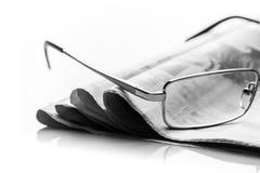De glazen ligt op de stapel van kranten Stock Fotografie