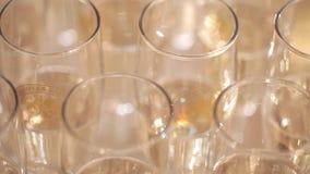 De glazen met champagne sluiten omhoog stock video
