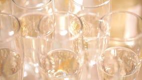 De glazen met champagne sluiten omhoog stock footage