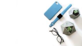 De glazen, smartphone, slimme horloges, hoogste de meningsvlakte van de bureauinstallatie leggen samenstelling met vrije exemplaa Royalty-vrije Stock Fotografie