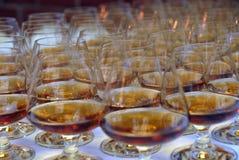 De glazen van Brendy die met alcohol worden gevuld Royalty-vrije Stock Foto's