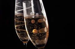 De glazen van Champage op zwarte achtergrond Royalty-vrije Stock Fotografie