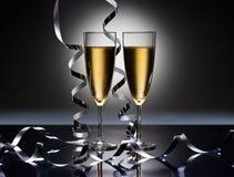 De glazen van Champagne in de partij van Nieuwjaren zien eruit Royalty-vrije Stock Afbeeldingen