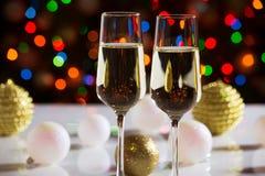 De glazen van Champagne en de ballen van Kerstmis Stock Foto's