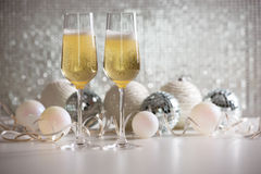 De glazen van Champagne en de ballen van Kerstmis Stock Afbeelding