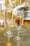 De glazen van Champagne op de dinerlijst Stock Foto's