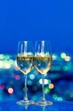 De glazen van Champagne voor een venster royalty-vrije stock afbeeldingen