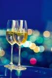 De glazen van Champagne voor een venster Stock Foto