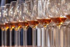 De glazen van de close-upwijn met cognactribune in rij op houten planken Zachte nadruk Concept degustationgeesten: whisky, brande stock afbeelding