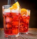De glazen van de aperolcocktail van het Spritzaperitief met oranje plakken en ijsblokjes Royalty-vrije Stock Afbeelding