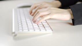 De glazen van de bedrijfsvrouwenslijtage en het werken aan computertoetsenbord in het bureau stock video