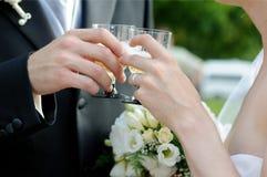 De glazen van de de holdingschampagne van de bruid en van de bruidegom Royalty-vrije Stock Foto's
