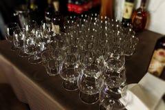 De glazen van de de whiskywisky van het luxekristal op donkere houten achtergrond Stock Fotografie