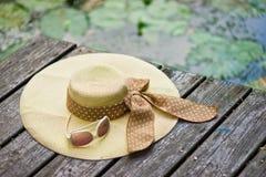 De glazen van de hoed en van de zon Stock Foto's
