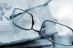 De glazen van de lezing met krant Royalty-vrije Stock Foto