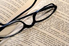 De glazen van de lezing op boek Royalty-vrije Stock Afbeeldingen