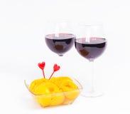 De glazen van de rode wijnvalentijnskaart met perziken Royalty-vrije Stock Foto