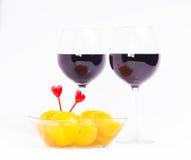 De glazen van de rode wijnvalentijnskaart met perziken Royalty-vrije Stock Afbeelding