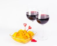 De glazen van de rode wijnvalentijnskaart met perziken Royalty-vrije Stock Afbeeldingen