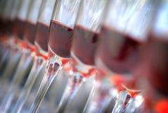 De glazen van de wijn die in lijn worden geschikt Stock Afbeeldingen