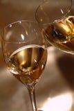 De glazen van de wijn die met wijn worden gevuld Stock Afbeelding