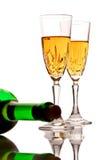 De glazen van de wijn en een fles wijn Royalty-vrije Stock Foto's