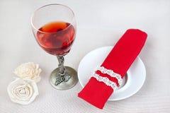 De glazen van de wijn en het hart van de Valentijnskaart Royalty-vrije Stock Foto