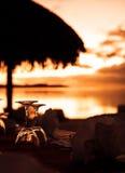 De glazen van de wijn en tropische strandzonsondergang stock foto's