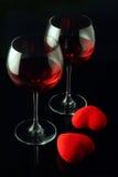 De glazen van de wijn en twee harten Stock Fotografie
