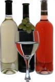 De glazen van de wijn met bezinning van wijnflessen Royalty-vrije Stock Afbeeldingen