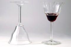 De glazen van de wijn met rode wijn Stock Foto's