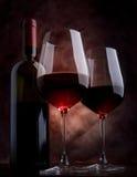 De glazen van de wijn op de lijst Stock Foto's