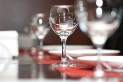 De glazen van de wijn op de sh lijst - Royalty-vrije Stock Afbeeldingen