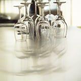 De glazen van de wijn op dinerlijst stock foto's