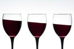 De glazen van de wijn op een schuine stand stock afbeeldingen