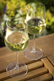 De Glazen van de wijn op OpenluchtLijst Royalty-vrije Stock Afbeeldingen