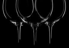 De glazen van de wijn op zwarte Stock Foto's