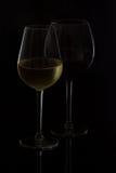 De glazen van de wijn op zwarte Stock Foto
