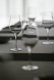 De Glazen van de wijn in Restaurant Stock Foto