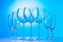 De glazen van de wijn tegen gradiënt Royalty-vrije Stock Afbeeldingen
