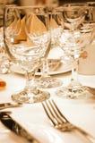 De glazen van de wijn in warme verlichting Stock Afbeeldingen