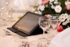 De glazen van de wijnstok Een tabletcomputer op achtergrond Stock Afbeeldingen