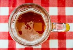 De glazen van het bier op de lijst Royalty-vrije Stock Afbeeldingen