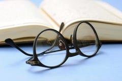 De glazen van het boek en van de lezing Stock Fotografie