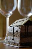 De Glazen van het Gebakje en van de Wijn van de chocolade royalty-vrije stock foto's