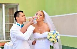 De glazen van het huwelijk met champagne stock fotografie