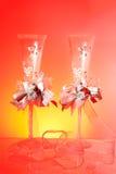 De glazen van het huwelijk op rode achtergrond stock foto's