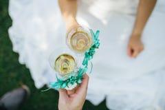 De glazen van het jonggehuwdengerinkel met champagne Stock Afbeelding