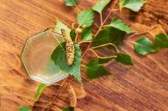 De glazen van van de het sapdrank van het berksap de berktakken op houten lijst gezonde vitamine als achtergrond springen nuttige Stock Fotografie