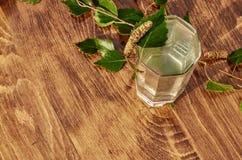 De glazen van van de het sapdrank van het berksap de berktakken op houten lijst gezonde vitamine als achtergrond springen nuttige Stock Afbeeldingen